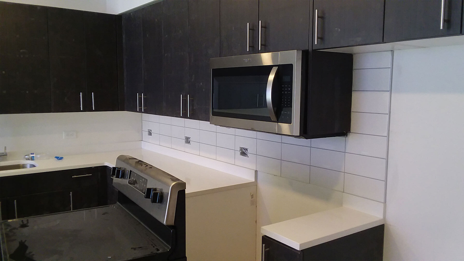 A Microwave and a Stove in the Kitchen of an Apartment at Stateside
